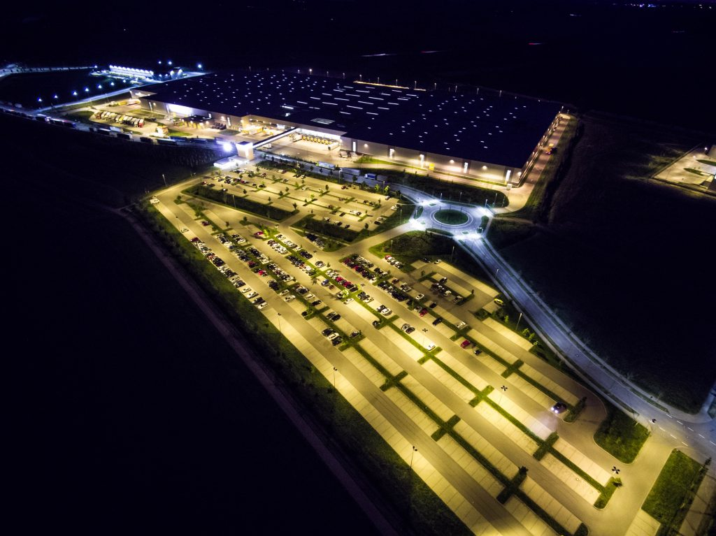 Luftbild Parkplatz Unternehmen Nacht